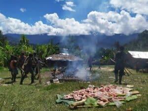 Pertama Kali, Warga Papua dan Satgas Yonif 433 Rayakan Lebaran dengan Bakar Batu