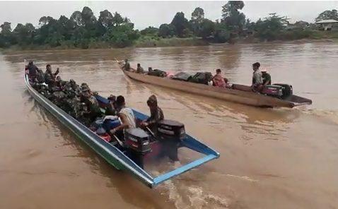 17,5 Jam Susuri Sungai, Satgas Yonif RK 623 Serpas Menuju Pos Perbatasan Kalimantan
