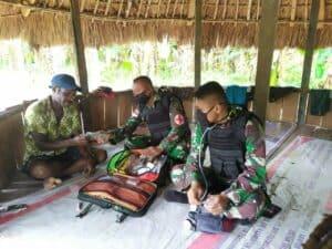 Pengobatan Rutin, Satgas Yonif 713 Obati Keluhan Penyakit 5 Warga Papua