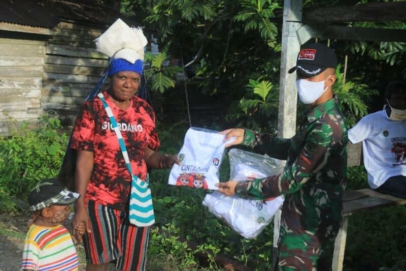 Bagikan Baju Cinta Damai, Ngabuburit Ala Satgas Yonif R 300