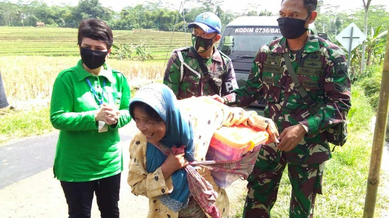 Bagikan Bingkisan Lebaran, Istri Tentara Datangi Mbah Sumirah