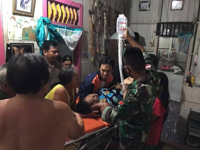 Alami Ketuban Pecah, Satgas Yonif R 303 Evakuasi Ibu Melahirkan