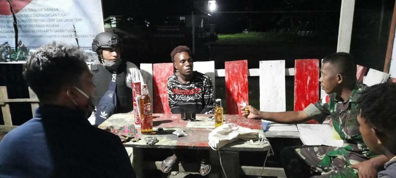 Bawa Ganja dan Miras , 2 Pemuda Diamankan Satgas Pamtas Yonif R 300