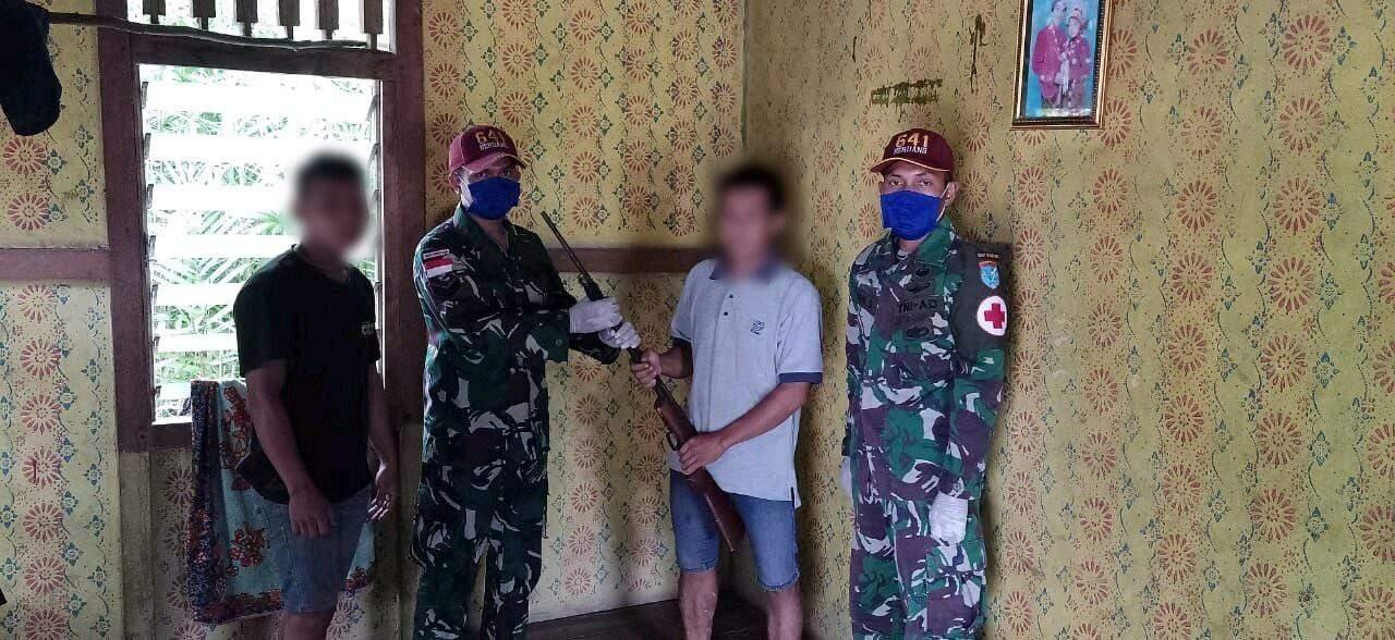 Sukarela, Warga Serahkan Senjata ke Satgas Yonif R 641