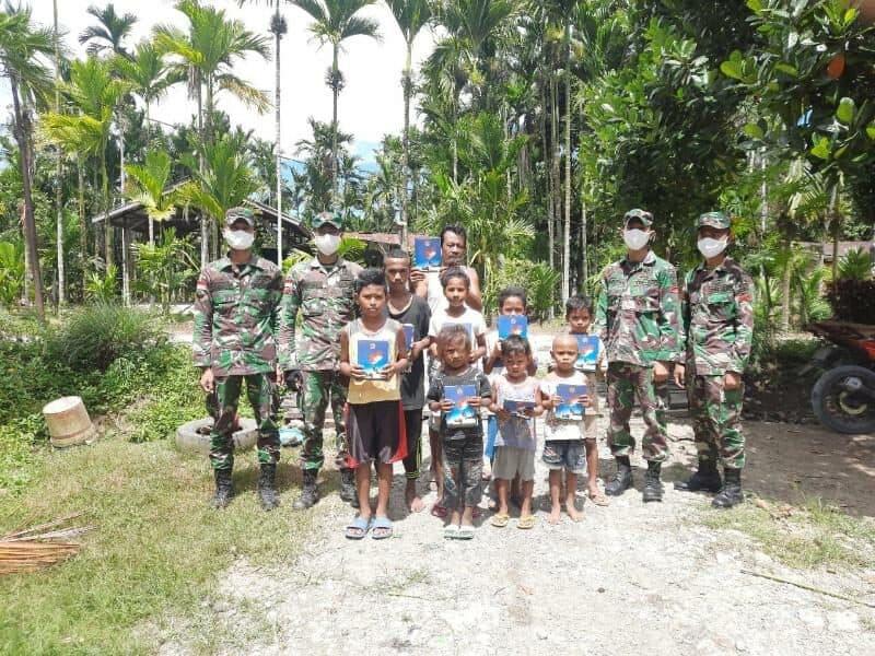 Cerdaskan Anak Papua, Satgas Yonif 300 Patroli Kampung Bagikan Buku