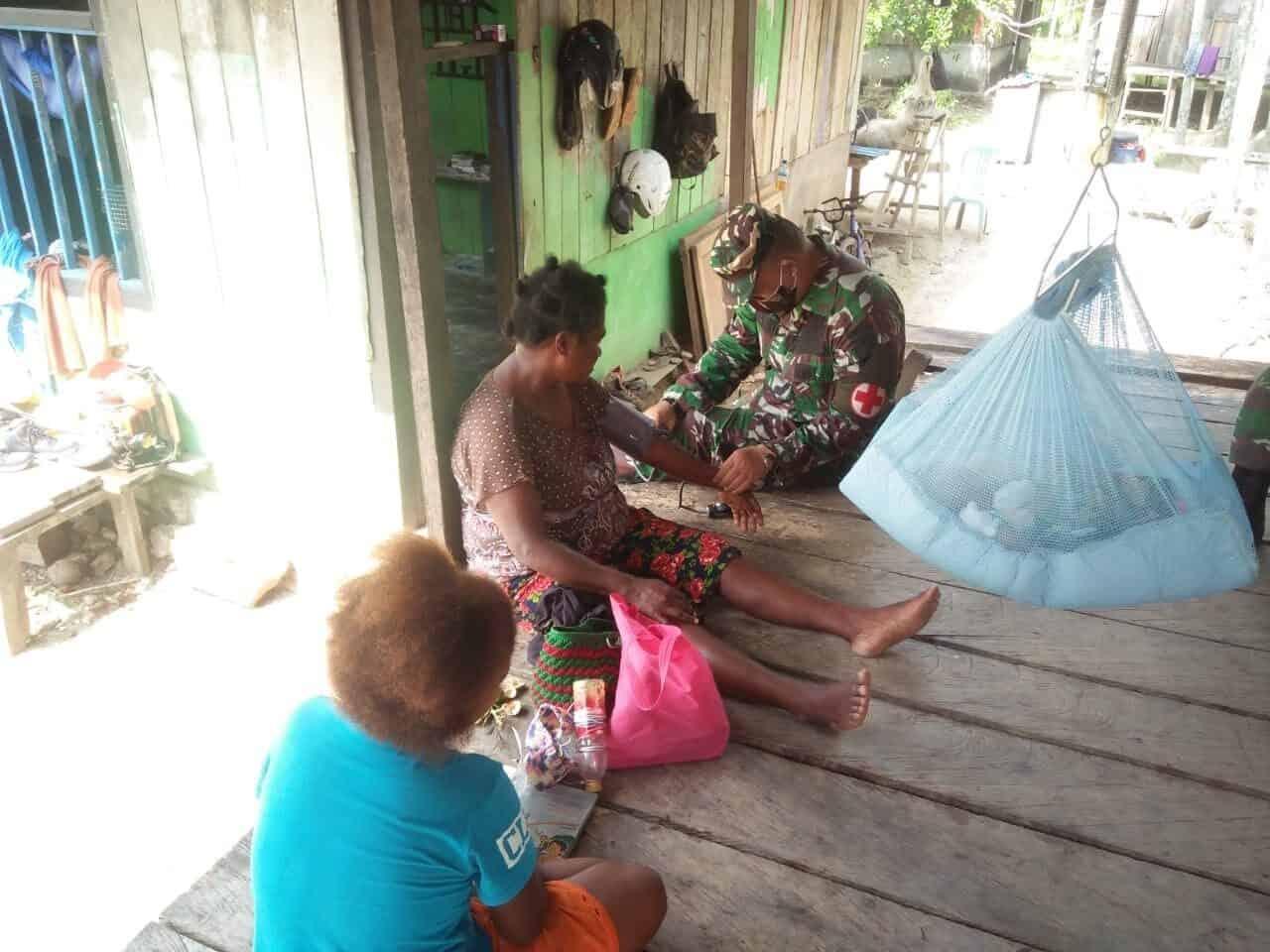 Gratis, Satgas Yonif 713 Obati Warga Papua di Tengah Corona