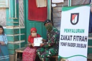 Yonif Raider 300/Bjw Salurkan Zakat Fitrah Kepada Warga Kurang Mampu