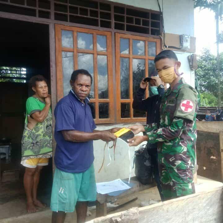 Putus Rantai Covid-19 di Papua, Satgas Yonif 406 Bagikan Masker _Door to Door_