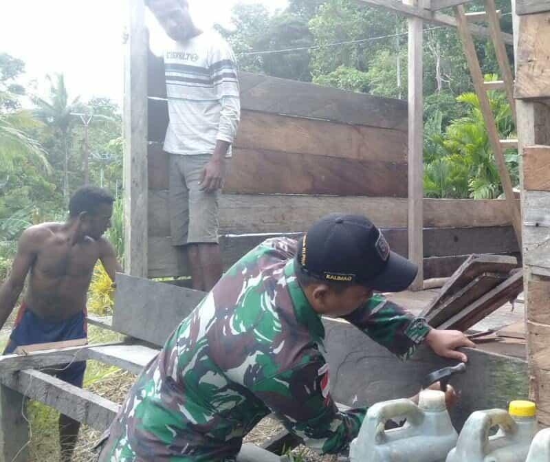 Perbaiki Rumah, Satgas Yonif R 509 Bantu Kesulitan dan Pererat Kebersamaan di Perbatasan