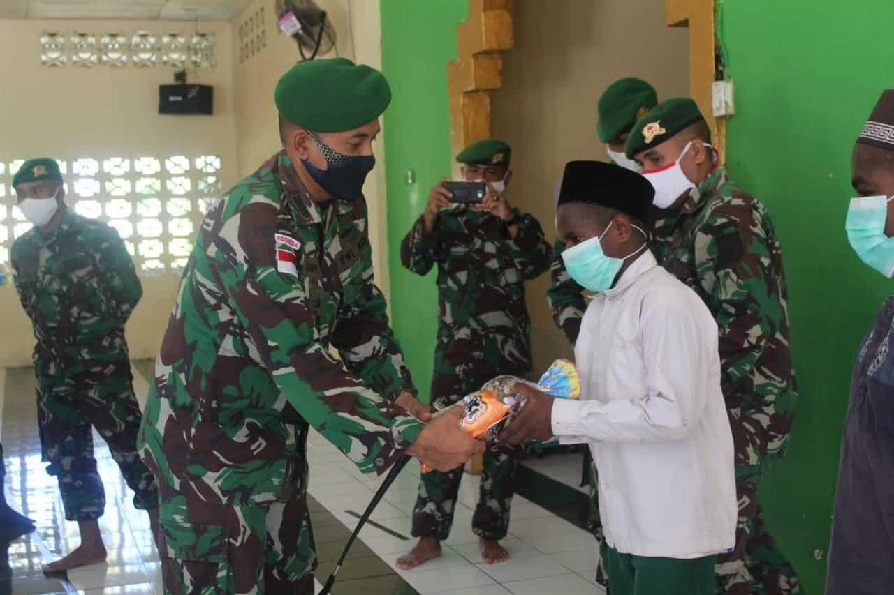 Silaturahmi Lebaran, Satgas Yonif 713 Berbagi Kasih Anak Papua