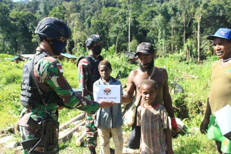 Bagikan Sembako, Satgas Yonif 754 Susuri Belantara Papua
