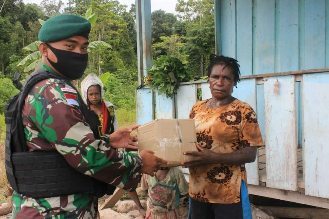 Bagikan Sembako, Satgas Yonif 754 Bantu Warga Papua Lawan Corona