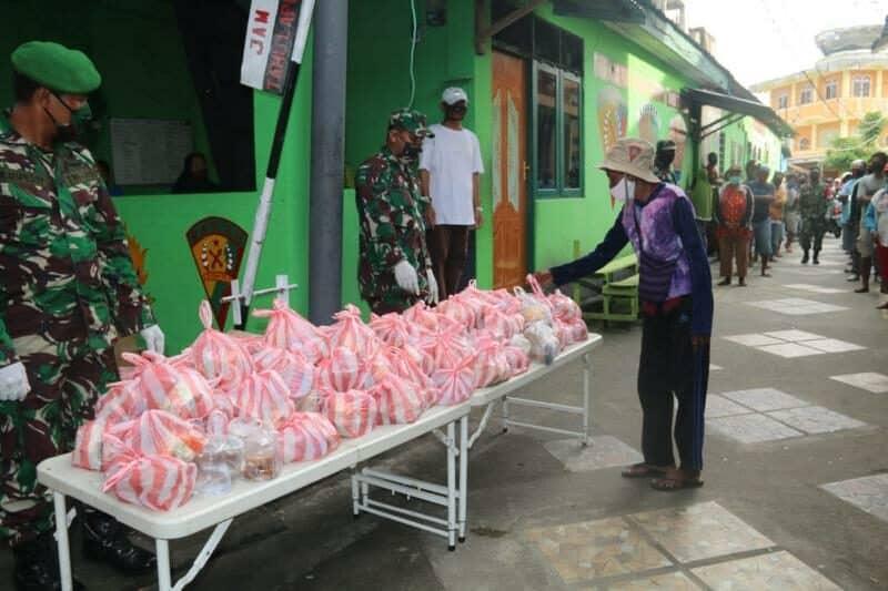 Berkah Ramadan, Kodam XVI/Pattimura Bagi-Bagi Takjil di Ambon