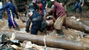 Terjang 10 KM Medan Sulit, Kodim Kotabaru Evakuasi Korban Longsor Gunung Putri