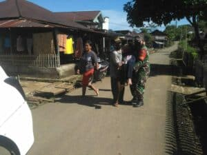 Lumpuh Akibat Stroke, 2 Orang Nenek di Gendong Babinsa Serda Isnan