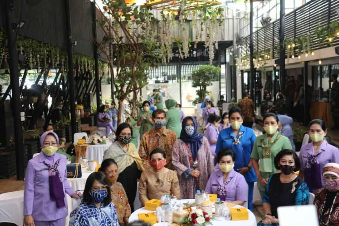 Ibu Hetty Andika Perkasa Hadiri Penyerahan Bantuan 20 ribu Masker dari YBI ke Dharma Pertiwi