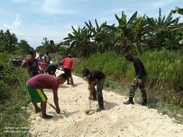 Perbaiki Jalan Kampung, Kebersamaan Satgas Yonif R 300 dan Warga Papua