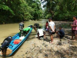 6 Jam Susuri Sungai Sekayam, Satgas Yonif R 641 Evakuasi Lansia Stroke