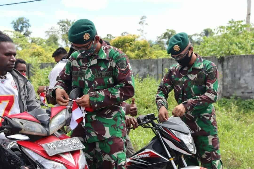 Peringati Hari Lahir Pancasila, Yonif 754 Bagikan Bendera Merah Putih di Papua