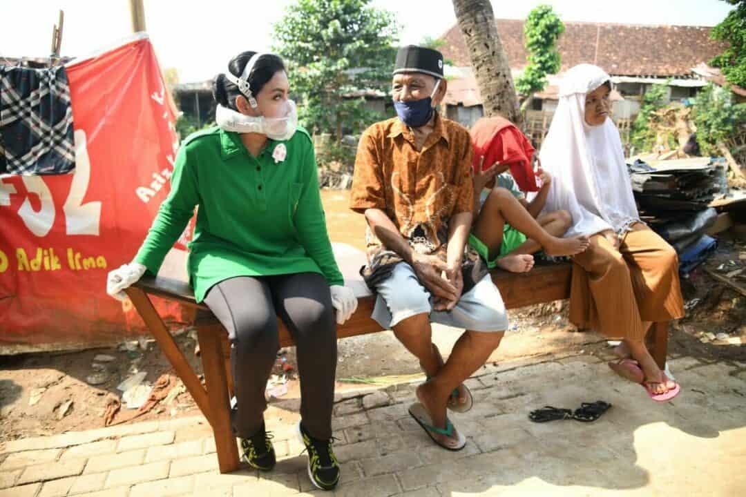 Ibu Hetty Andika Perkasa, Susuri Gang Sempit Beri Bantuan Sembako di Manggarai