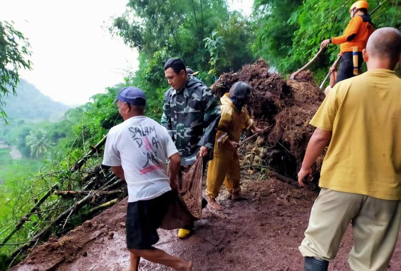 Tutup Akses Jalan, Babinsa Matesih Bersihkan Tanah Longsor