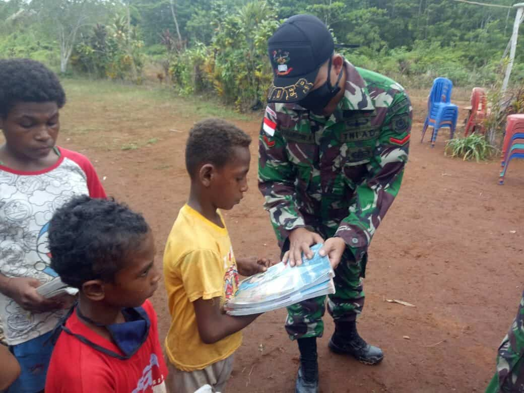 Hadiah Buku Satgas Yonif 411, Motivasi Anak Papua Belajar di Rumah