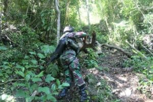 Susuri Tebing Curam, Satgas Yonif 713 Jaga Kedaulatan RI