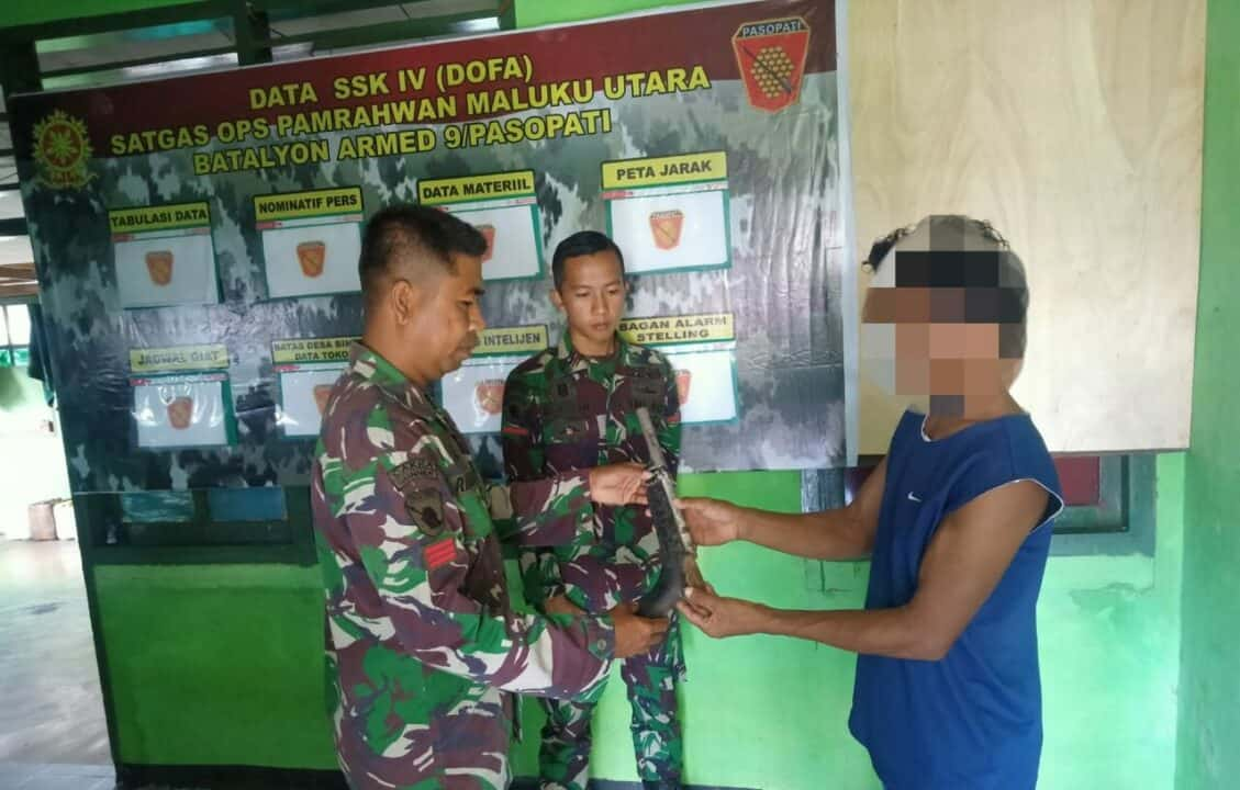 Buah Manis Warga Maluku, Satgas Yonarmed 9/K Terima 5 Senpi