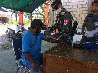 Berlakukan Pembatasan Sosial Kampung Siaga, Satgas Yonif 300 Bersama Warga Putus Penyebaran Covid-19
