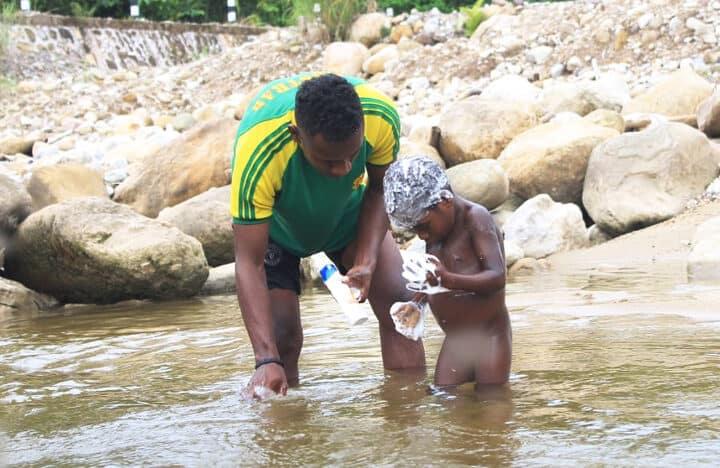 Ajarkan Kebersihan Satgas 754 Kostrad Ajak Mandi Bersama