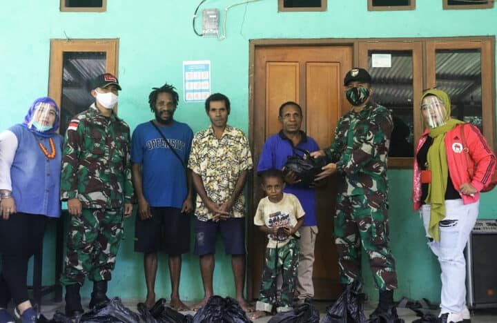 Peduli Warga Perbatasan di tengah Pandemi Covid-19, Satgas Yonif 300 Bantu Sembako di Kampung Wembi