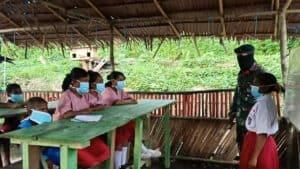 Mengajar di Pedalaman, Satgas Yonif 732 Angkat Derajat Anak Suku Mausu Ane