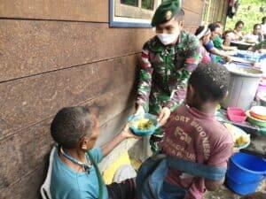 Pererat Persaudaraan, Satgas Yonif 754 Gelar Makan Bersama Masyarakat Tsinga