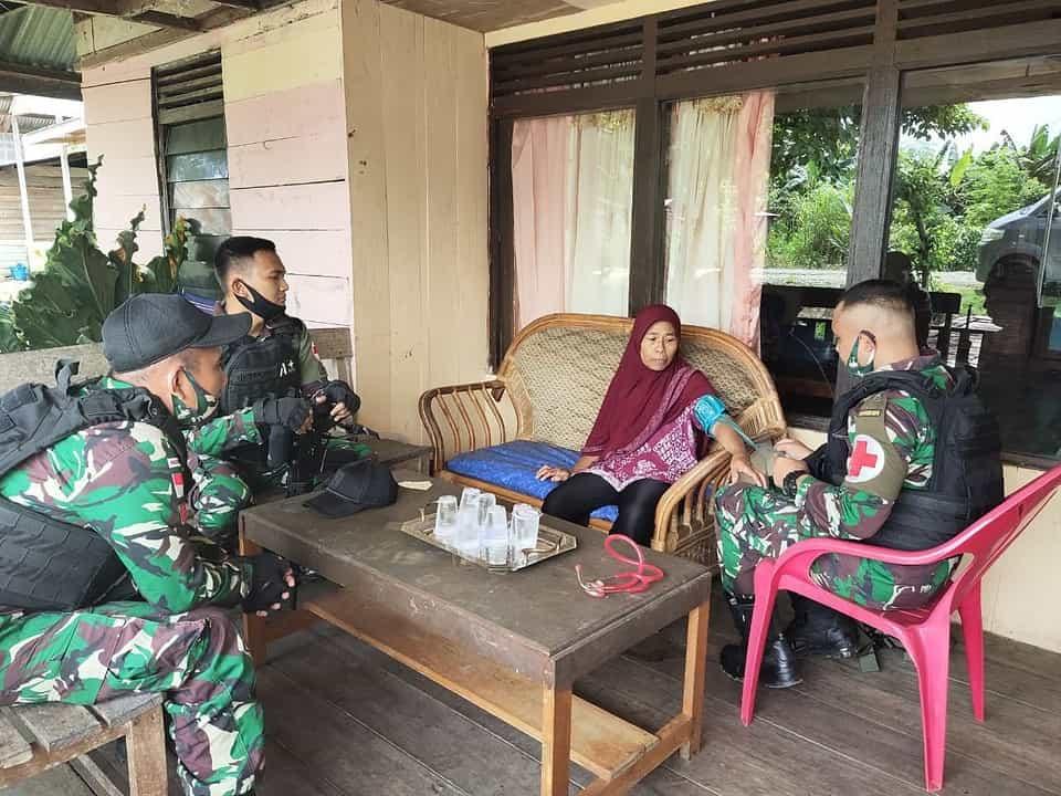 Satgas Pamtas Yonif Raider 100/PS Gelar Pemeriksaan Kesehatan Gratis Warga Kampung Pir IV