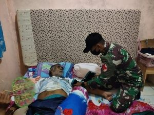 Derita Malaria dan Thypus, Satgas Yonif R 100 Obati Lansia di Perbatasan
