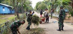 Tingkatkan Kebersamaan, Satgas Yonif 125 dan Warga Gotong Royong Bersihkan Jalan Kampung