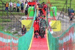 Bangun Jembatan Gantung, Satgas Yonif 132 Wujudkan Mimpi Warga Perbatasan