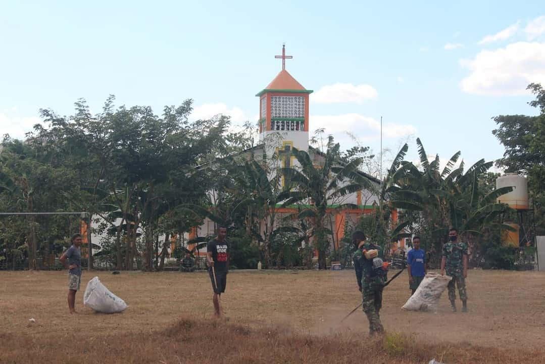 Perkuat Toleransi, Satgas Yonif 142 Bersama Warga Bersihkan Gereja