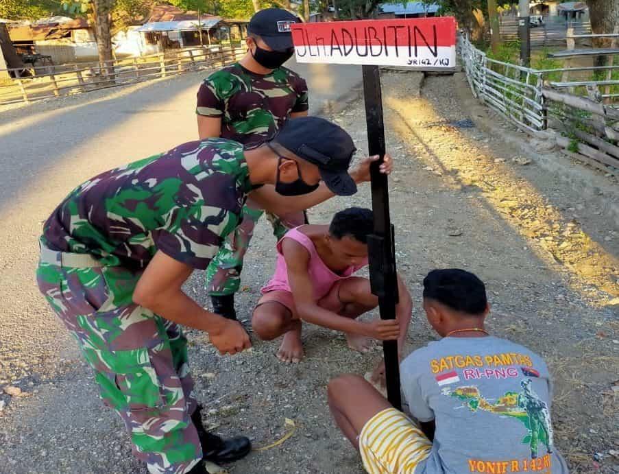 Satgas Yonif 142 Pasang Plang Nama Jalan di Dusun Perbatasan