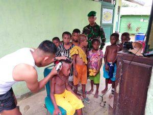 Cukur Rambut, Anak-Anak Kampung Bompai Serbu Satgas Yonif 312/KH