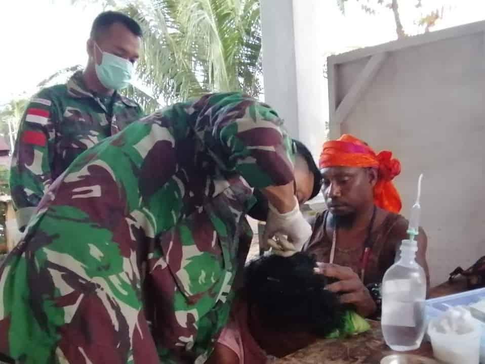 Kejatuhan Balok, Satgas Yonif MR 413 Jahit Luka di Kepala Nenek Matilda Tanfha