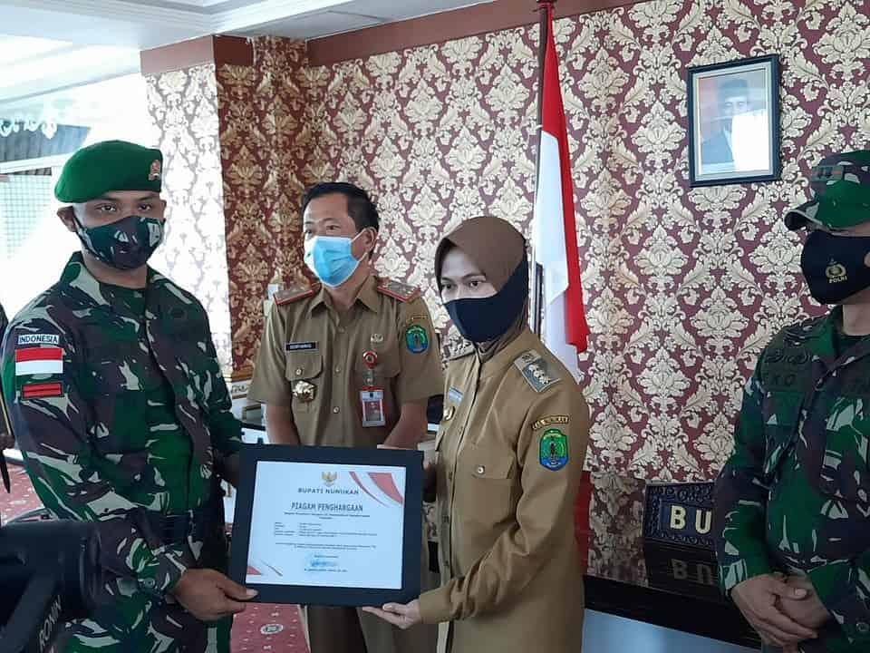 Gagalkan Penyelundupan Narkoba, Empat Personel Satgas Yonif 623 Terima Penghargaan