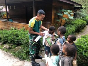 Satgas Yonif 754 Bagikan Seragam Sekolah di Perbatasan