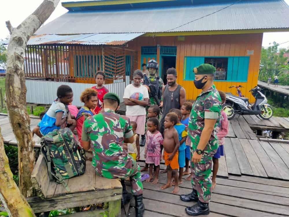 Pengobatan Keliling Kampung, Satgas Yonif 754 Jaga Kesehatan Masyarakat Asmat