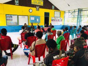 Bantu Pemerintah, Satgas Yonif 125/Si'mbisa Salurkan BLT untuk Warga Rawa Biru