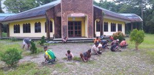 Kehangatan Satgas Yonif 754 Bersama Warga Nayaro Gotong-Royong Bersihkan Tempat Ibadah