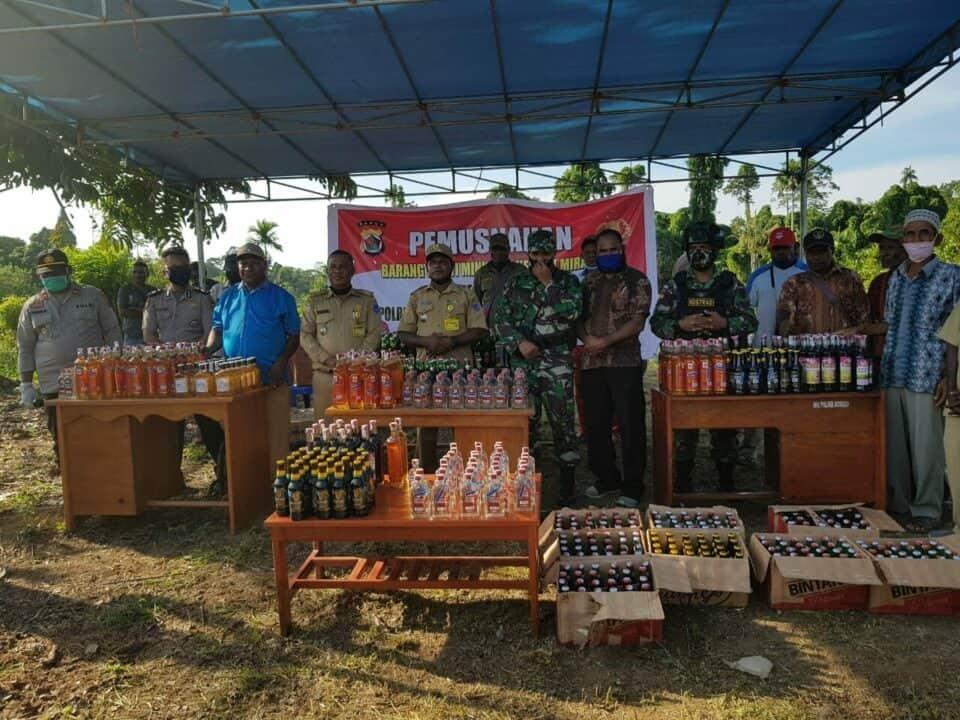 Sinergitas TNI – Polri Sambut Hari Bhayangkara, Satgas Yonif 754 Musnahkan 1034 Botol Miras