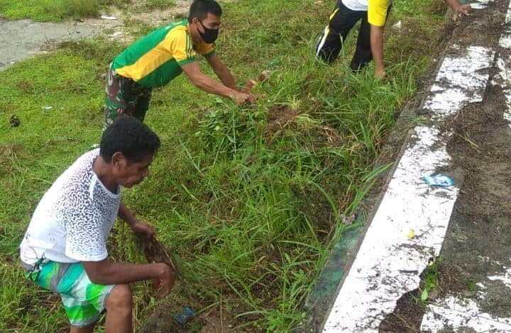 Jaga Kebersihan Lingkungan, Satgas Yonarmed 9 Bersihkan Tribun Kecamatan Patani Utara