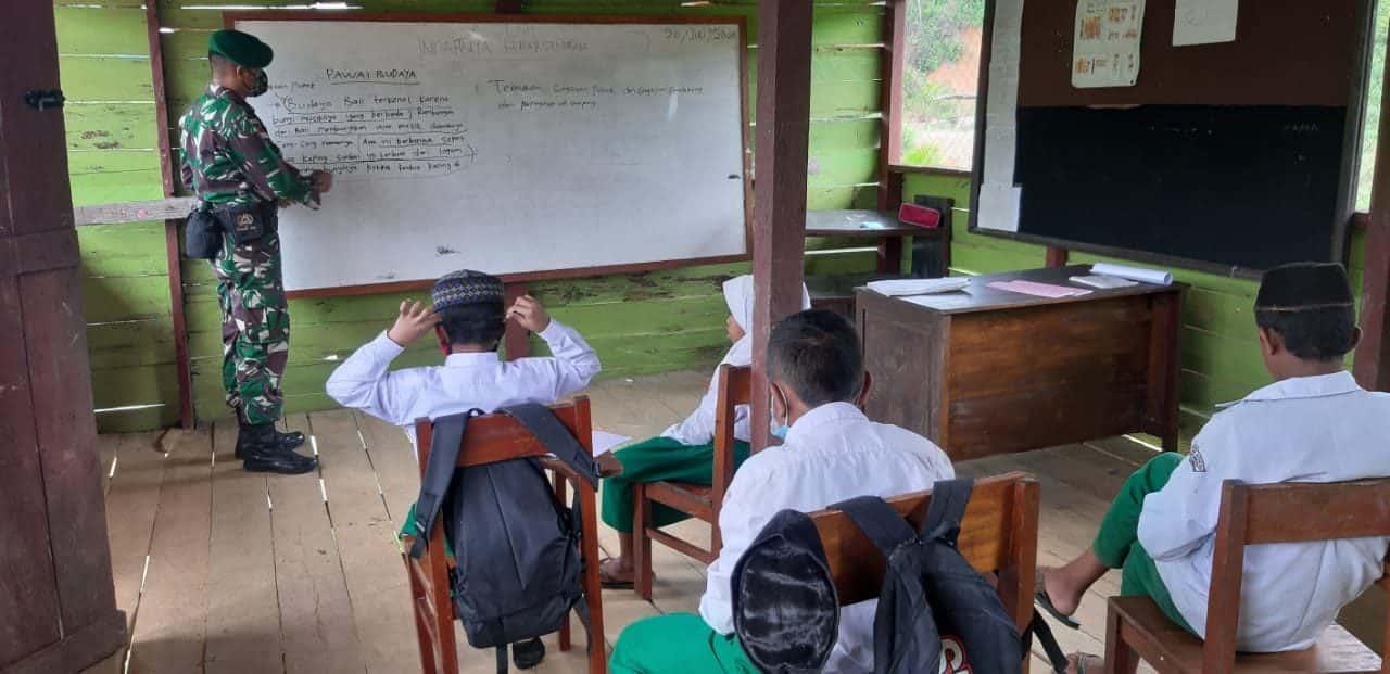 Atasi Kurangnya Tenaga Guru, Satgas Pamtas Yonif 623/BWU Mengajar di Perbatasan