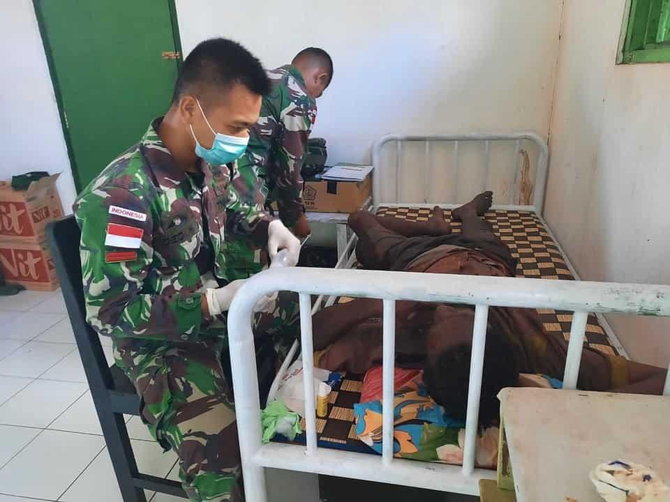 Alami Kecelakaan Tunggal, Warga Kampung Toray Diobati Satgas Yonif 125/Si'mbisa